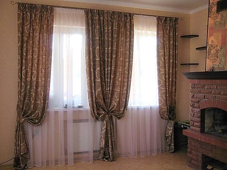 фото шторы на два окна с простенком