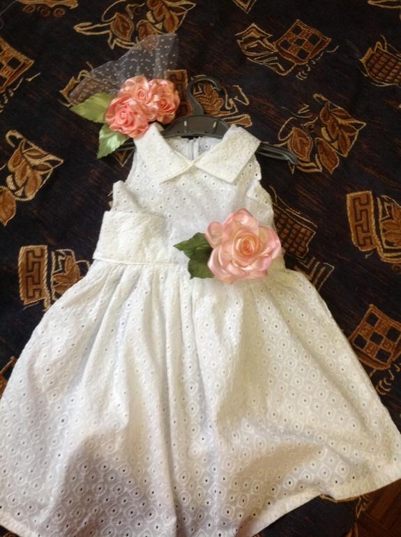 Платье для дочки с заколкой для волос.