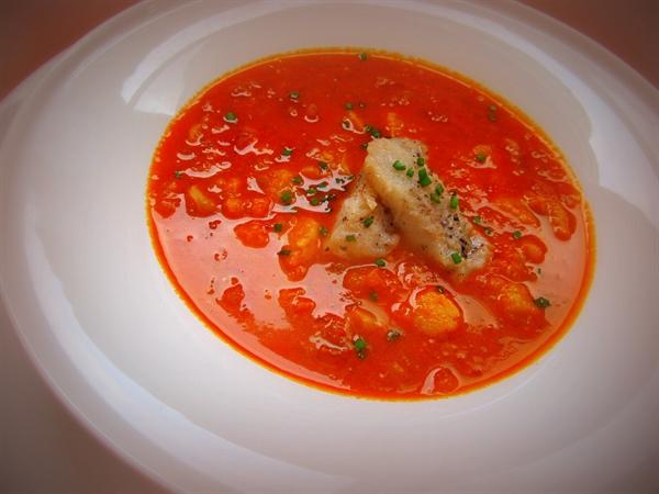 Пряный, обжигающий томатный суп с рыбой и перцем чили