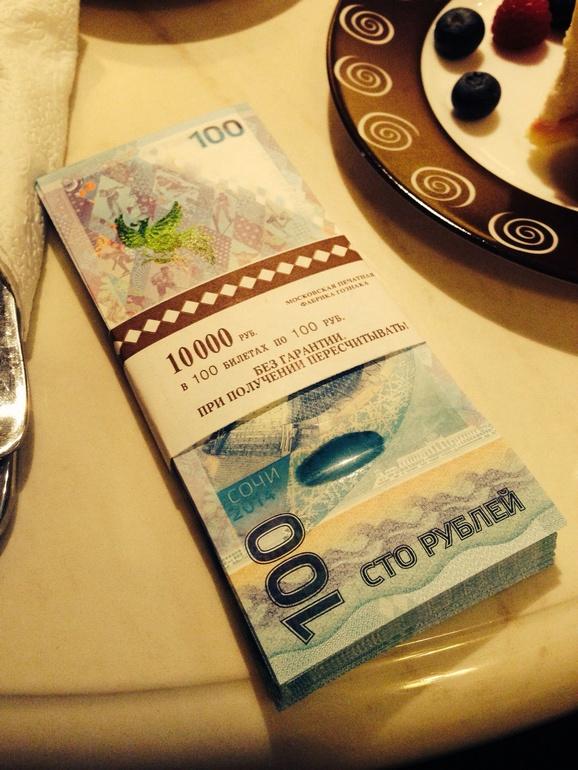 Оригинальный  и  памятный  подарок  Олимпийские  монеты  и  купюра  100  рублей.