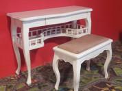 Деревянный консольный столик.