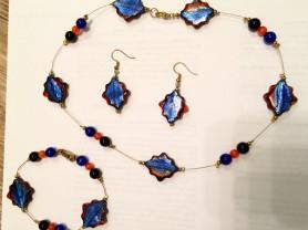 Комплект - ожерелье, браслет и серьги из полудрагоценных камней.
