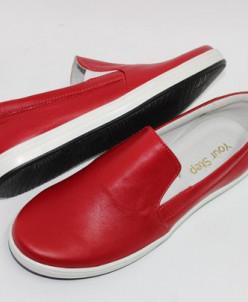 Красные кожаные слипоны на белой подошве