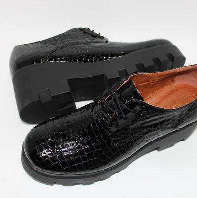 Лаковые туфли на тракторной подошве.