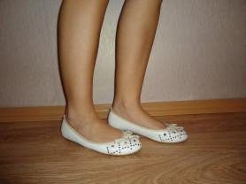 Белые балетки.