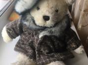Медведь в пальто и в шляпе