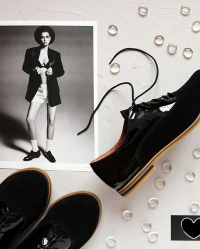 Замшевые туфли-оксфорды с лаковыми вставками.
