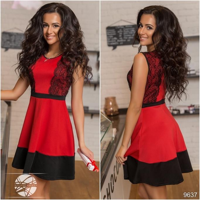 Красное платье с гипюровой вставкой