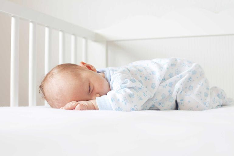 нашем новорожденный ребенок не спит в кроватке для