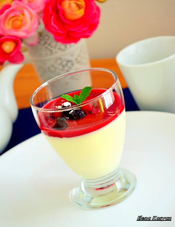 Панна котта ванильная с ягодным соусом)