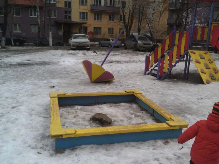 Сломали новую детскую площадку