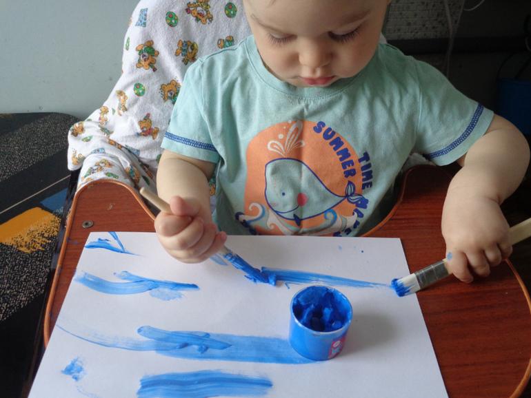 Маму рисует синим