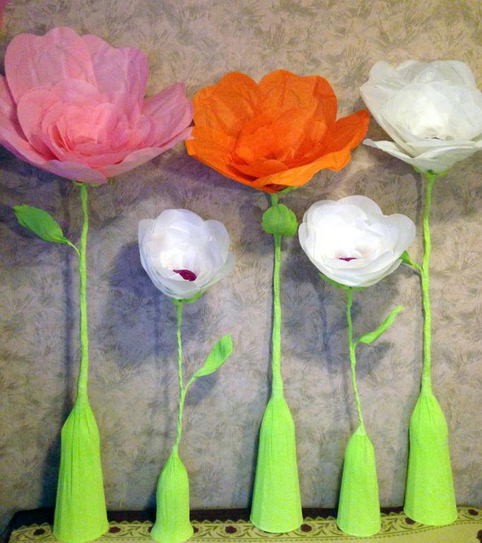 Огромные цветы из гофрированной бумаги на ножке своими руками 90