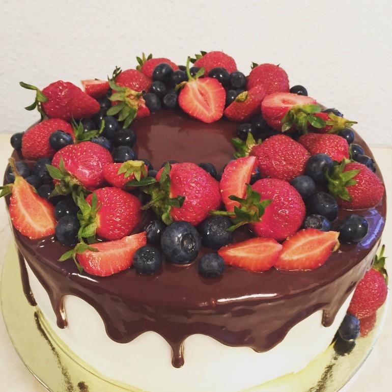Торты с фруктами сверху