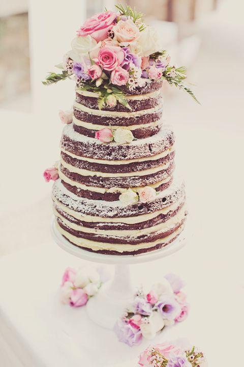Двухъярусный торт с живыми цветами