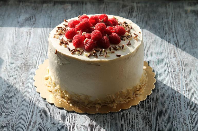 Украшение торта малиной