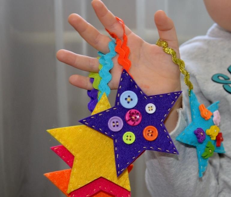 Игрушки - звёздочки из фетра.