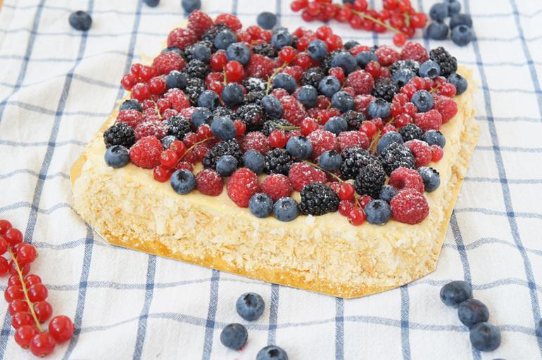 Торт наполеон украшен ягодами