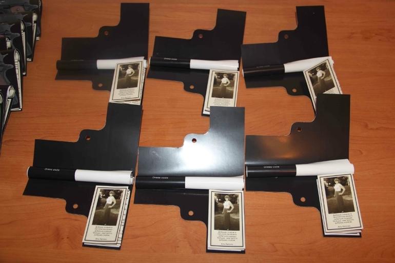 Приглашение пистолеи другие аксессуары для гангстерской вечеринки.
