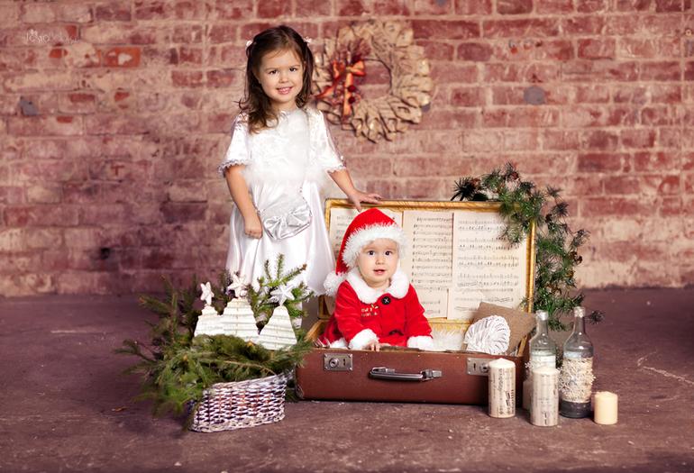 Новогоднее. Очаровательные  сестры и их родители