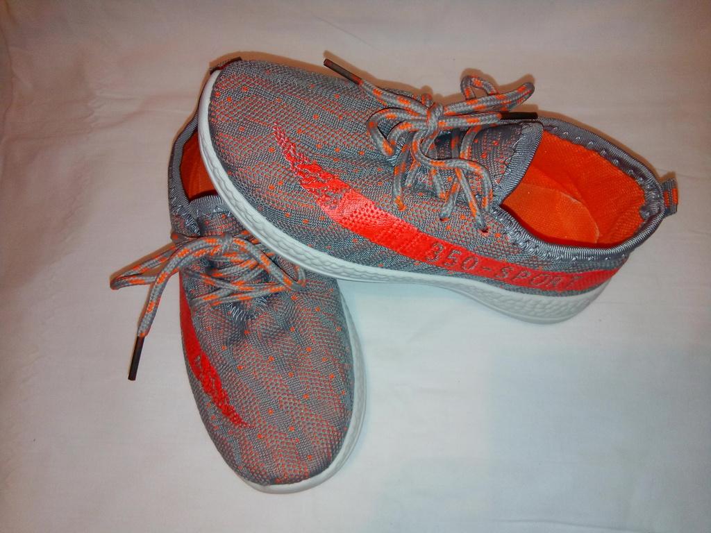 Кроссовки новые мягкие, стильные, яркие на шнурках