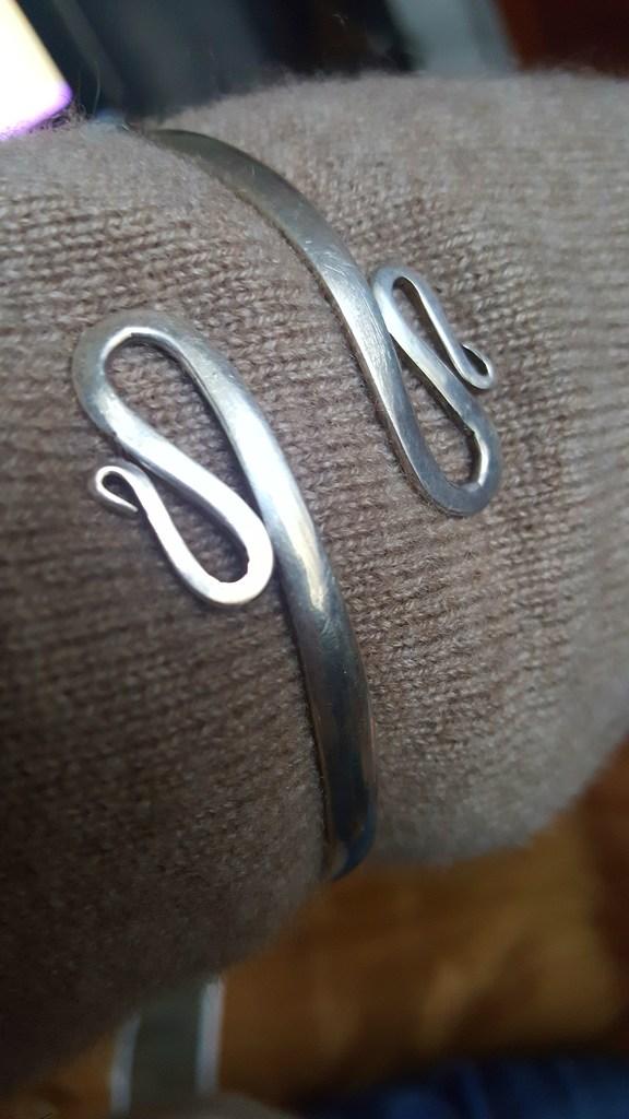 Серебряный браслет на плечо