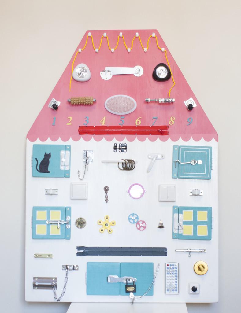 Бизиборд - домик доска с замочками