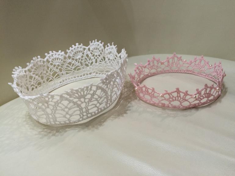 новогодние украшения для детей вязаные короны шапочки и др