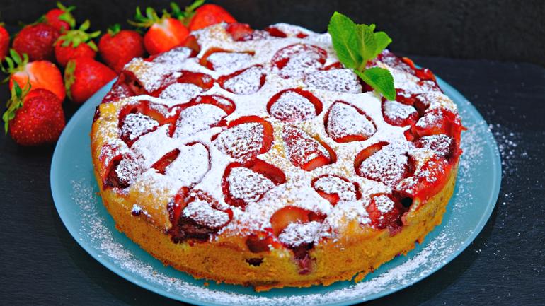 Самый простой пирог с клубникой! Сочный и безумно вкусный!