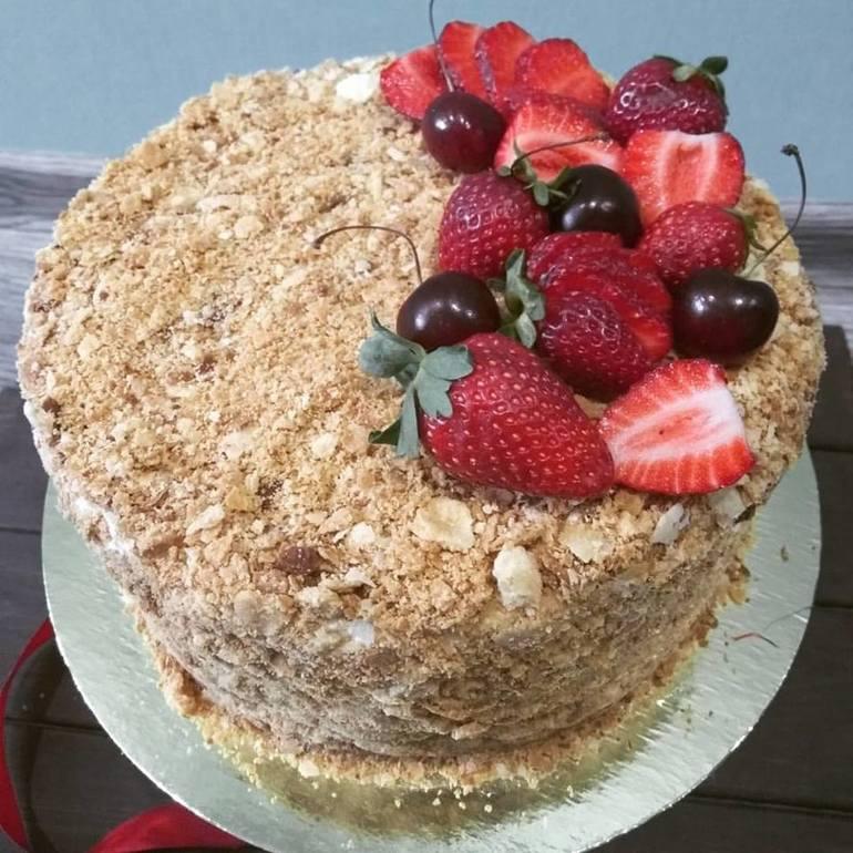 Изучая, как украсить торт наполеон, примите во внимание идеи, предложенные профессиональными кондитерами: золотистая посыпка — последнюю порцию теста не выпекайте по форме торта, а просто сильно подсушите в духовке, затем раскатайте скалкой.