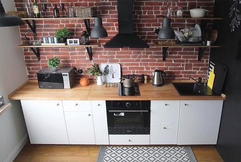 белая кухня с рыжей столешницей фото