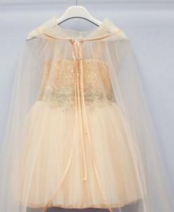 Пышное платье с пелеринкой.