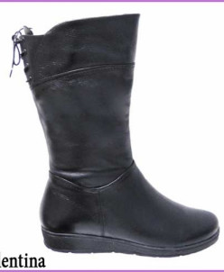 Зимние сапоги с широким голенищем на шнурках.