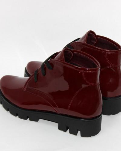 Бордовые лаковые ботинки на тракторной подошве.