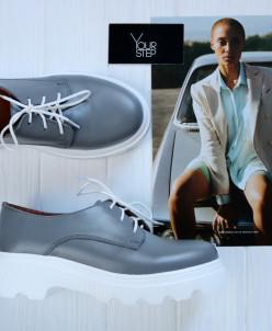 Туфли из светло-серой кожи.