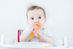 Как научить ребенка есть ложкой самостоятельно, когда начинать?