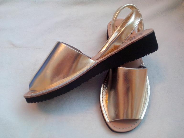 Кожаные ботинки на каблуке женские