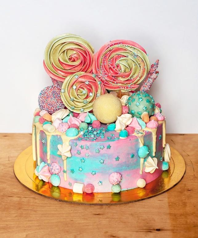 Украшение торта вкусняшками